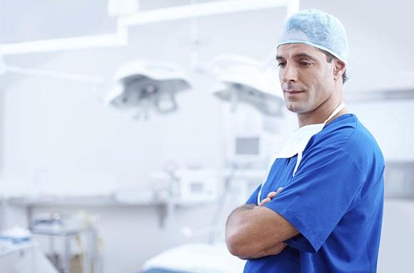 持病で医薬品を服用している男性は医師に相談する