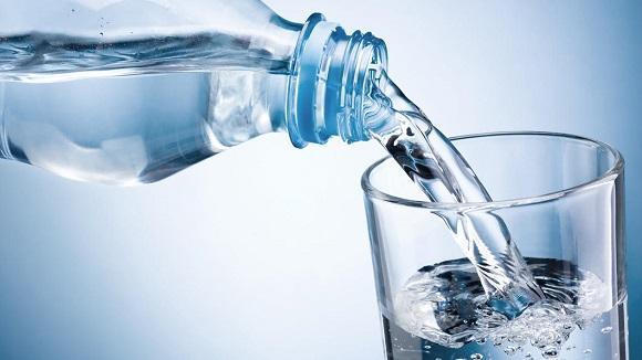 水またはぬるま湯でカプセルを飲む