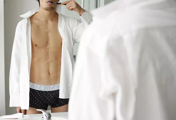 パンツ姿の男性